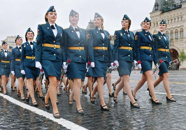 Le allieve dell' Accademia del Ministero delle Situazioni di Emergenza della Federazione Russa sfilano sulla Piazza Rossa - Sputnik Italia