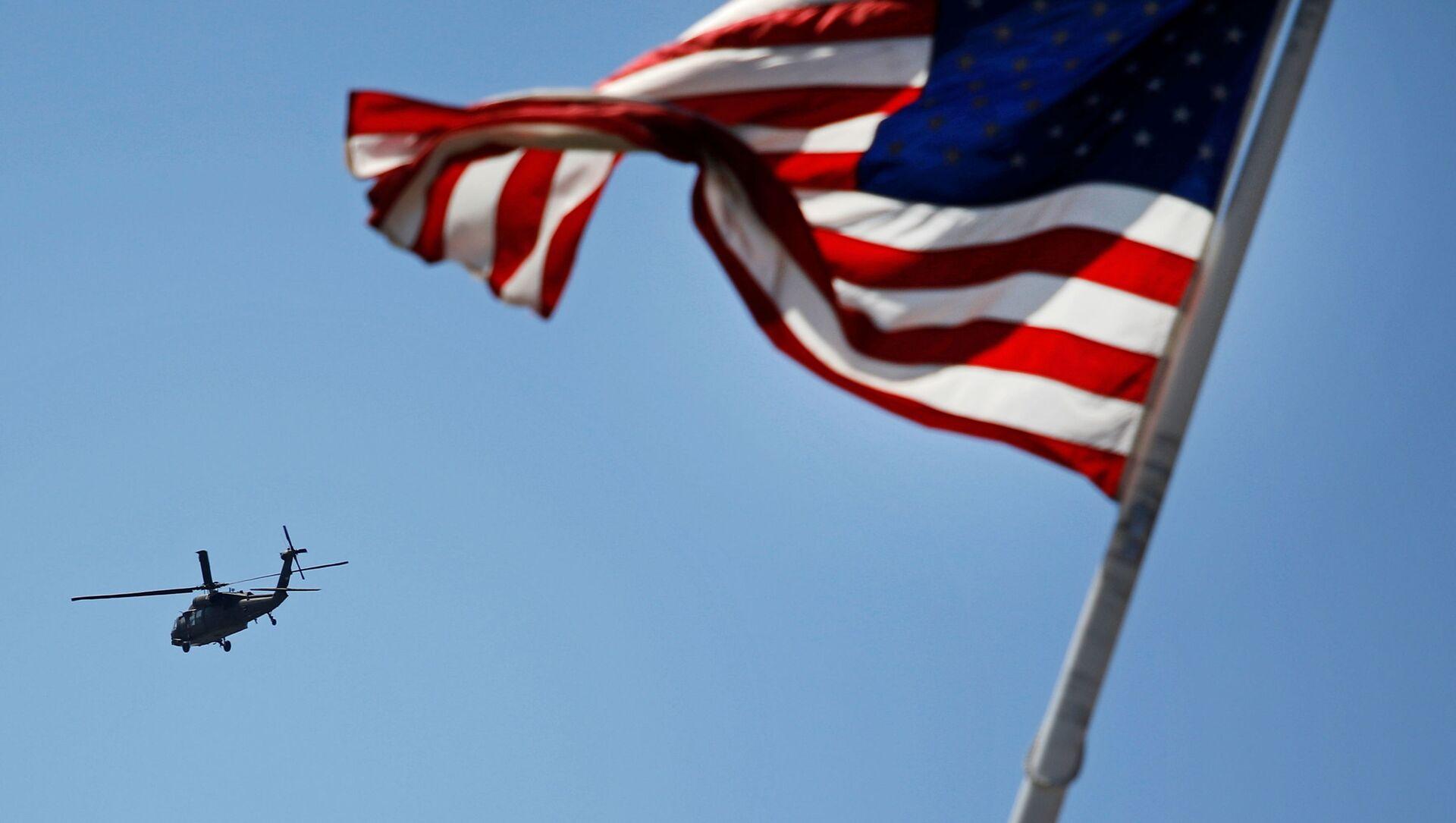 Elicottero americano e bandiera USA - Sputnik Italia, 1920, 06.04.2021