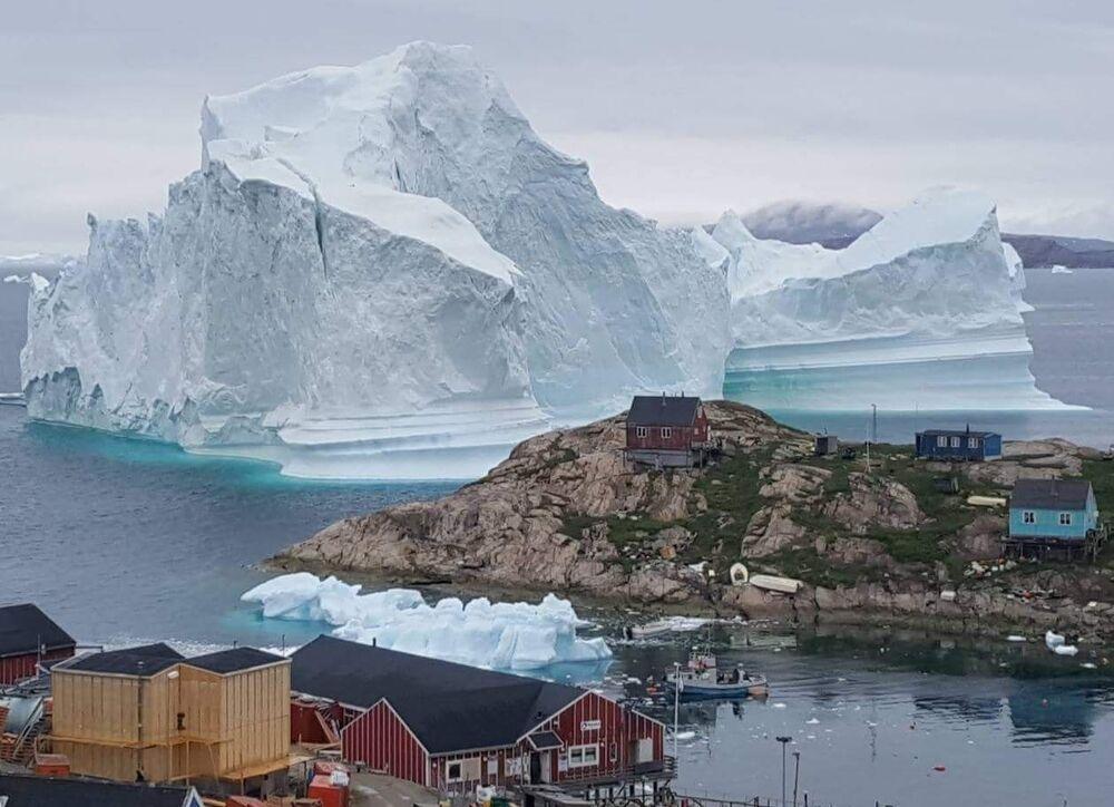 L'iceberg gigante che nell'estate del 2018 ha minacciato il villagio di Innaarsuit in Groenlandia