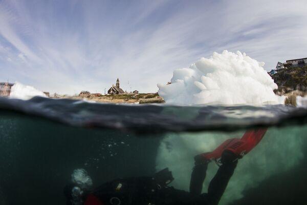 Una ripresa subacquea realizzata durante le operazioni di studio sulle masse ghiacciate in Groenlandia - Sputnik Italia