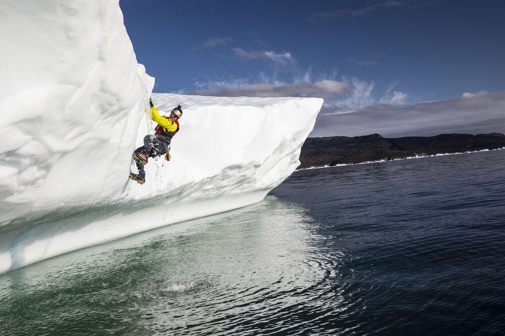 Un esploratore canadese prima di un'immersione di studio della calotta polare