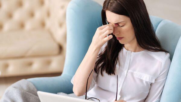 Giovane donna soffre di mal di testa  - Sputnik Italia