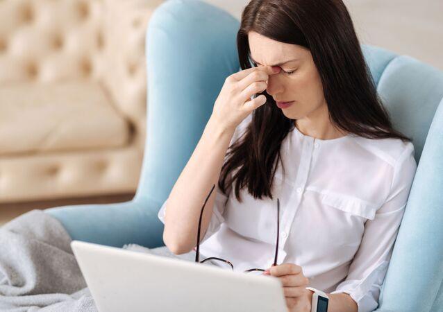 Giovane donna soffre di mal di testa