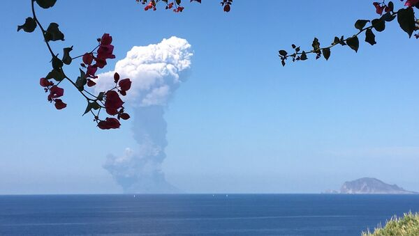 L'esplosione del vulcano Stromboli fotografata da un turista  - Sputnik Italia