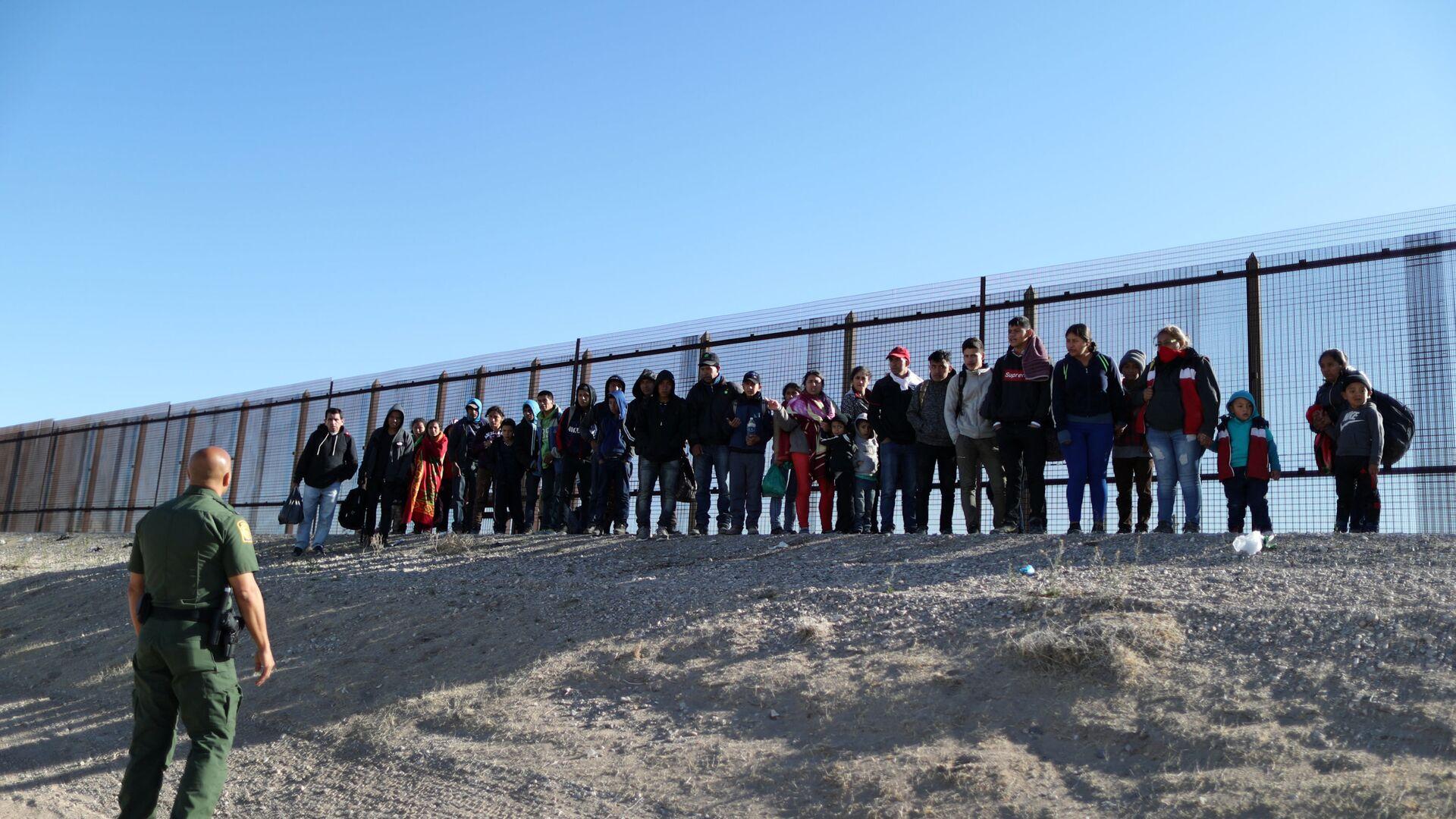 Migranti al confine tra USA e Messico - Sputnik Italia, 1920, 15.07.2021