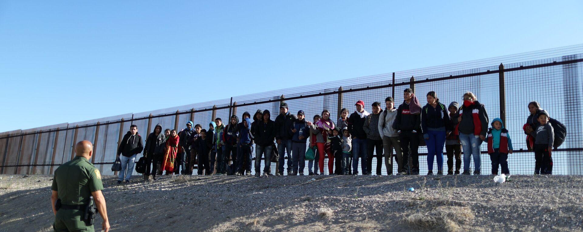 Migranti al confine tra USA e Messico - Sputnik Italia, 1920, 21.08.2019