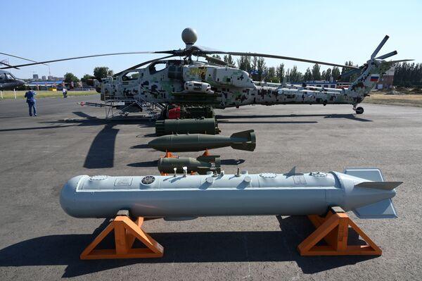 L'elicottero d'attacco Mil Mi-28NE Cacciatore Notturno con gli armamenti con cui dovrà essere caricato - Sputnik Italia