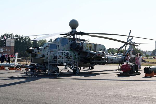 L'elicottero da attacco Mil Mi-28 N sulla pista di una base aerea: alcuni esperti lo considerano un carro armato volante, in quanto è capace di resistere a colpi d'arma da fuoco di calibro fino a 30 millimetri - Sputnik Italia