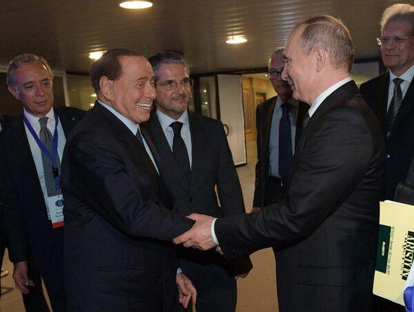 Il presidente russo Vladimir Putin e l'ex primo ministro italiano Silvio Berlusconi si sono incontrati all'aeroporto di Roma il 5 luglio, dopo la visita ufficiale del presidente russo in Italia. - Sputnik Italia