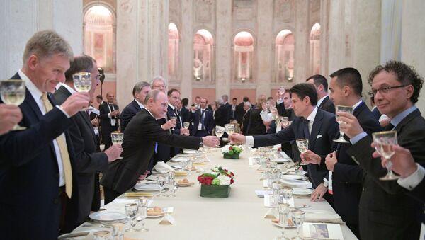Il brindisi tra Putin e Conte nel corso della cena ufficiale a Villa Madama - Sputnik Italia