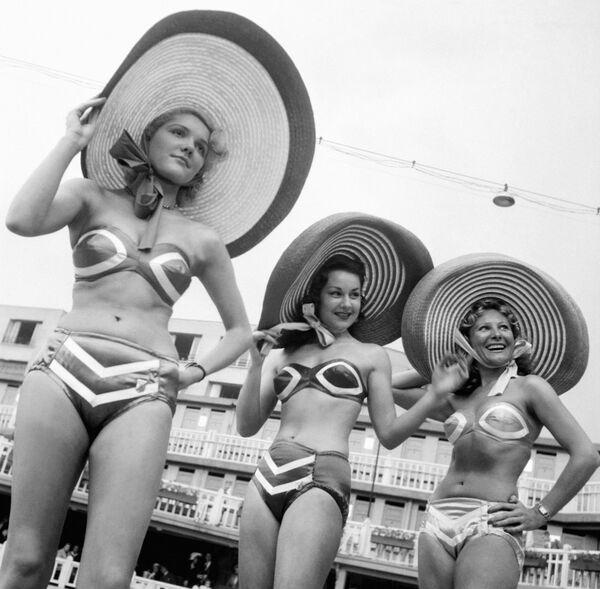 5 luglio 1946 - Modelle in posa per la prima presentazione del bikini. Il nome deriva da quello di un atollo del Pacifico, famoso per essere il centro dei test nucleari USA. - Sputnik Italia