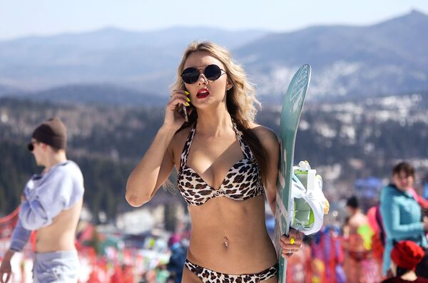 Una ragazza in bikini sulle piste da sci di Sheregesh, in Siberia - Sputnik Italia