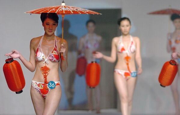 12 marzo 2006 - Due partecipanti al concorso Miss Bikini International China  - Sputnik Italia