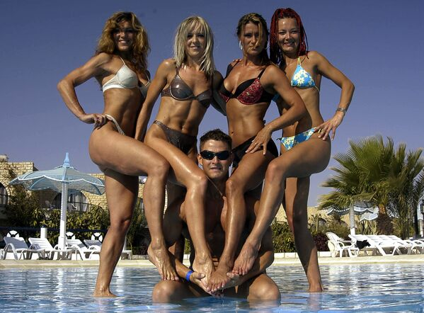 Hurghada, estate 2005: un gruppo di modelle slovacche posano in bikini vicino alla piscina di un villaggio vacanze - Sputnik Italia