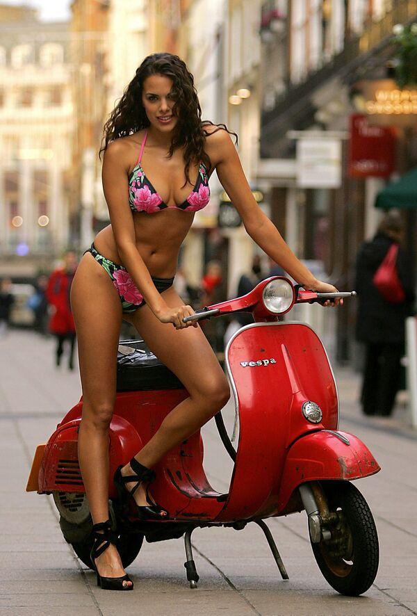 Bikini e vespa a Londra con questa modella di Davis - Sputnik Italia