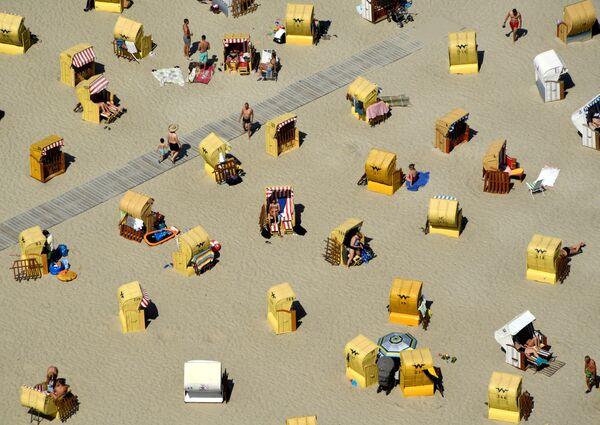 Turisti sulla spiaggia di Travemünde, nel nord della Germania, vicino al Mar Baltico. - Sputnik Italia