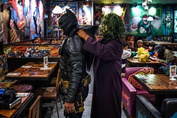 Cosplayer malesi in costume di Batman e Joker si preparano a celebrare la Giornata dei supereroi in onore dell'80 ° anniversario di Batman. - Sputnik Italia