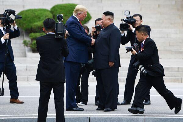 Il presidente degli Stati Uniti Donald Trump e il leader della Corea del Nord Kim Jong-un durante l'incontro a Panmunjom. - Sputnik Italia