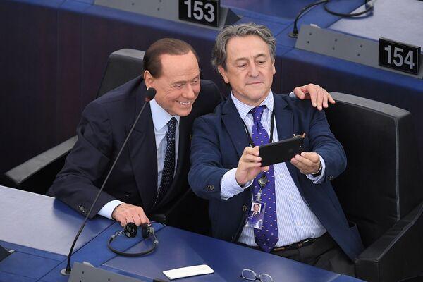 L'ex primo ministro italiano Silvio Berlusconi si fa un selfie con Hermann Terch, Strasburgo, Francia. - Sputnik Italia