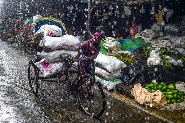 Risciò sotto la pioggia a Dhaka, in Bangladesh. - Sputnik Italia