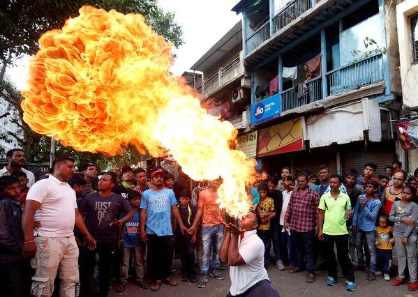 Mangiatore di fuoco al Hindha Ratha Yatra a Ahmedabad, India. - Sputnik Italia