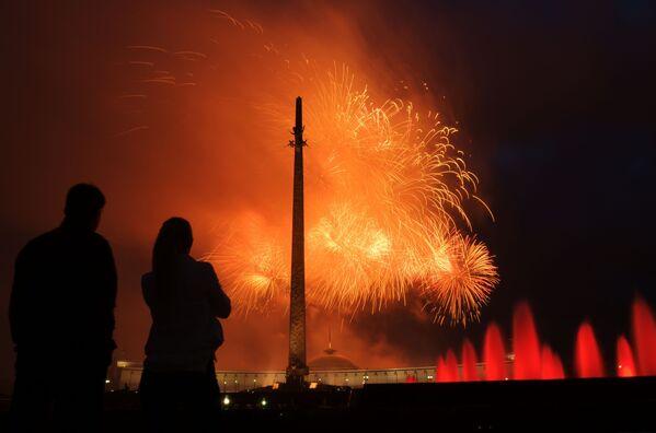 Fuochi d'artificio in onore del 75 ° anniversario della liberazione di Minsk dagli invasori nazisti sulla collina Poklonnaya a Mosca. - Sputnik Italia