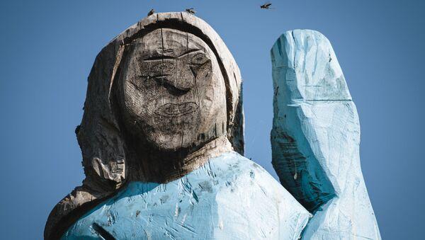 La statua di legno di Melania Trump - Sputnik Italia