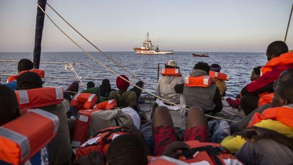 Migranti a bordo della Alex - Sputnik Italia