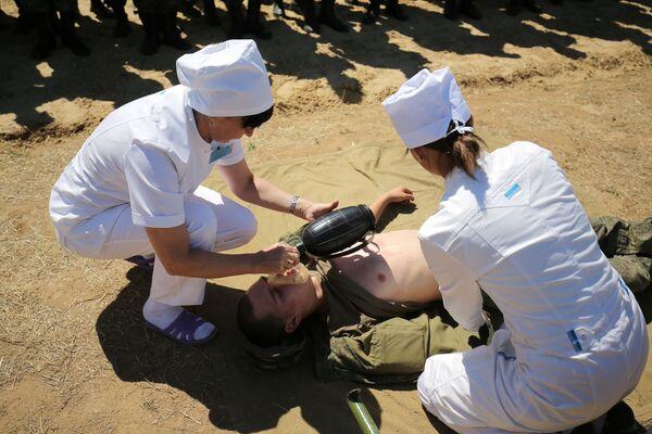 Due infermiere simulano il soccorso ad un soldato durante le esercitazioni - Sputnik Italia