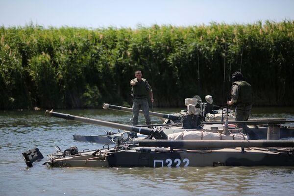 Un veicolo da combattimento pesante BMP-3 attraversa il fiume Karpovka nel corso delle esercitazioni - Sputnik Italia