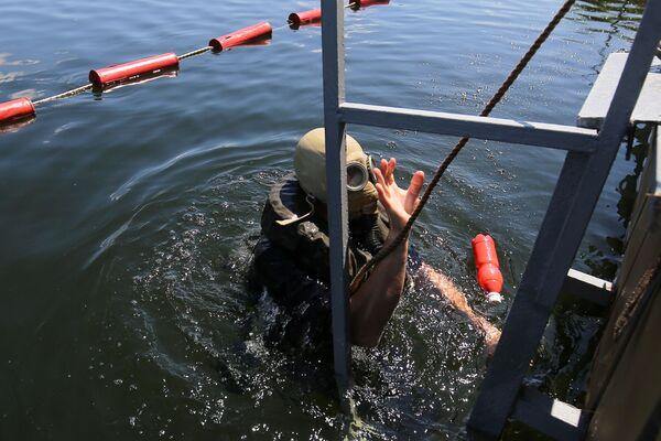 Un palombaro riemerge sulla superficie dell'acqua dopo avere portato a termine una missione subacquea  - Sputnik Italia