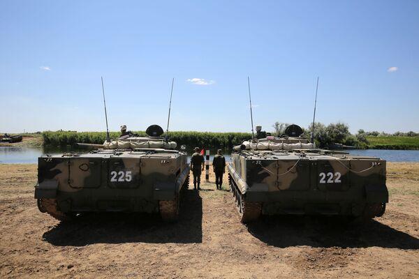 Due mezzi BMP-3 pargheggiati sulle sponde del fiume Karpovka - Sputnik Italia