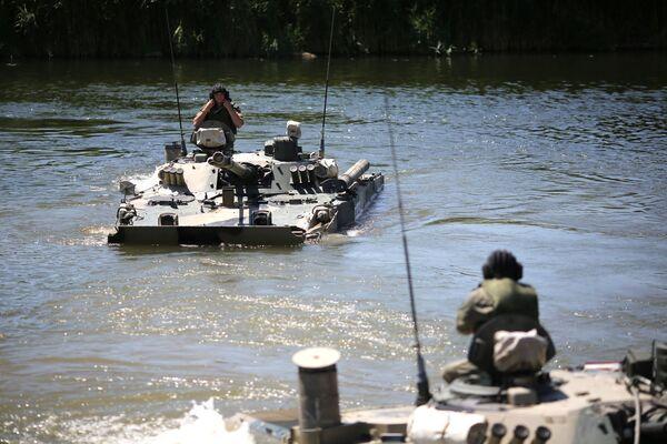 Due mezzi BMP-3 mentre compiono delle manovre tattiche nelle acque del fiume Karpovka - Sputnik Italia
