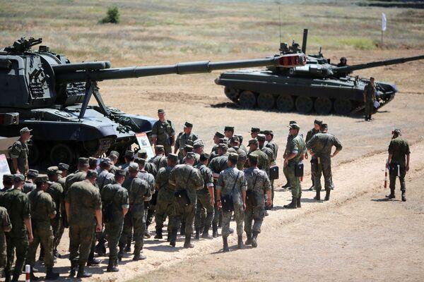 Alle esercitazioni hanno preso parte un centinaio di equipaggi in altrettanti carri armati - Sputnik Italia