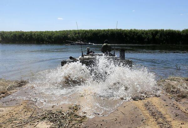 Un mezzo blindato BMP-3 fa il suo ingresso nello spazio d'acqua interessato dalle esercitazioni - Sputnik Italia