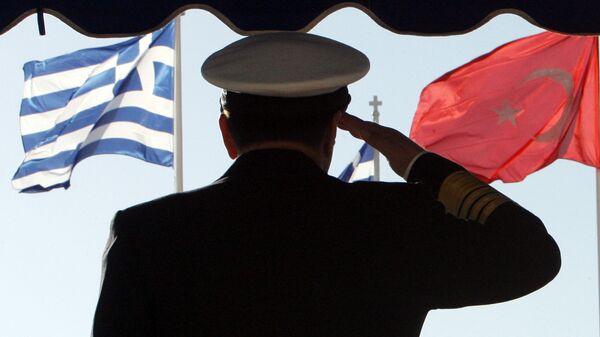 Un militare sullo sfondo delle brandiere della Grecia e della Turchia - Sputnik Italia