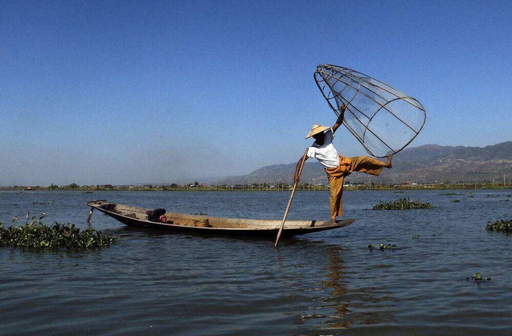 Pescatore acrobata nelle acque del lago Inle in Myanmar