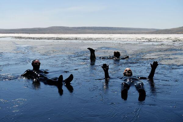 Turisti sporchi e felici nelle acque del lago Chokrak in Crimea - Sputnik Italia