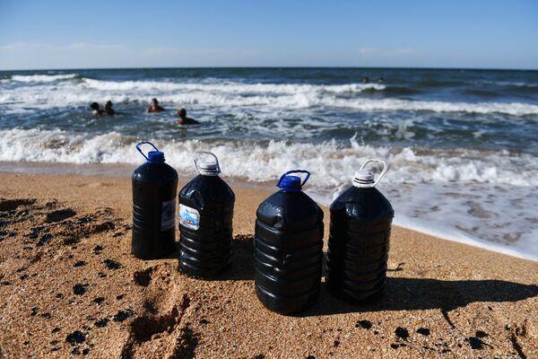 Dopo aver visitato il lago è tradizione portarsi a casa alcune bottiglie riempite con l'acqua curativa - Sputnik Italia