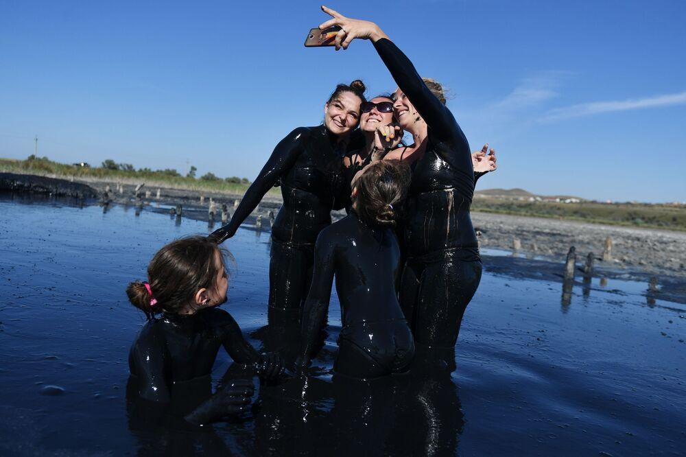 Gli effetti dei fanghi curativi sugli smartphone non sono noti, perciò è meglio non farsi scivolare di mano il telefono per uno di questi selfie
