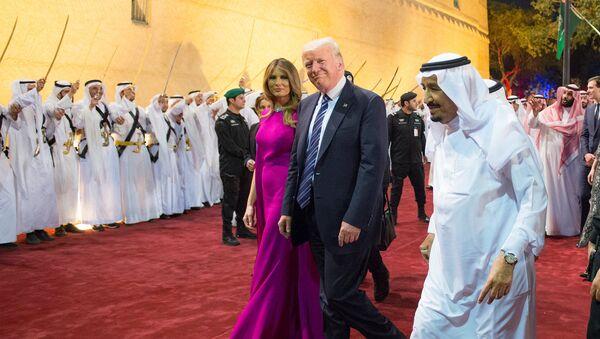 Il presidente USA Donald Trump e la first lady Melania Trump con il re dell'Arabia Saudita Salman bin Abdulaziz Al Saud a Riad nel 2017 - Sputnik Italia