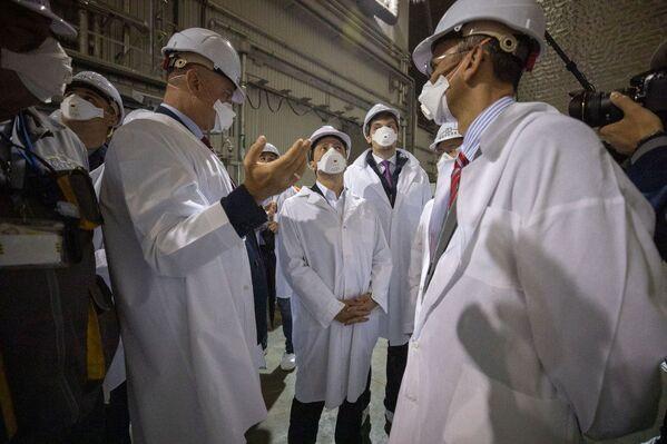 Il presidente dell'Ucraina Zelenskiy a colloquio con i tecnici del consorzio che ha realizzato il New Safe Confinment  - Sputnik Italia