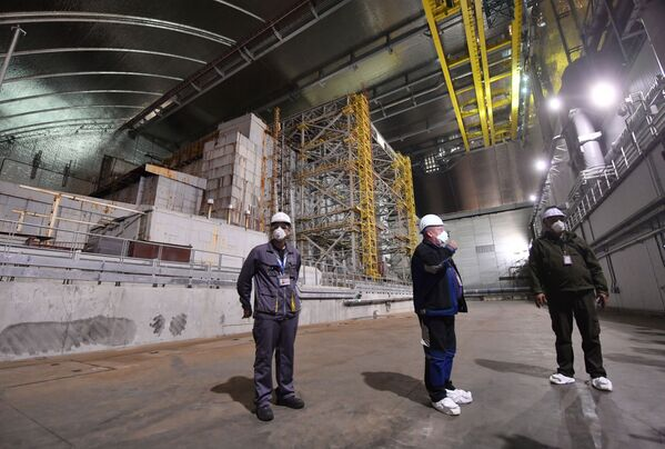 Tecnici al lavoro all'interno del nuovo sarcofago nella centrale di Chernobyl - Sputnik Italia