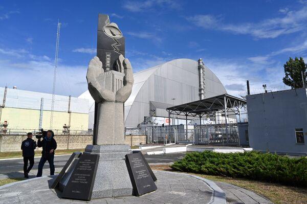 Il monumento che ricorda il sacrificio dei liquidatori ed i lavori di costruzione del nuovo sarcofago a Chernobyl - Sputnik Italia