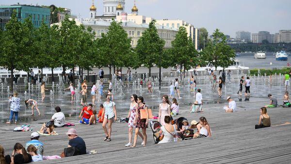 Moscoviti nel Parco Muzeon a Mosca in una calda giornata - Sputnik Italia