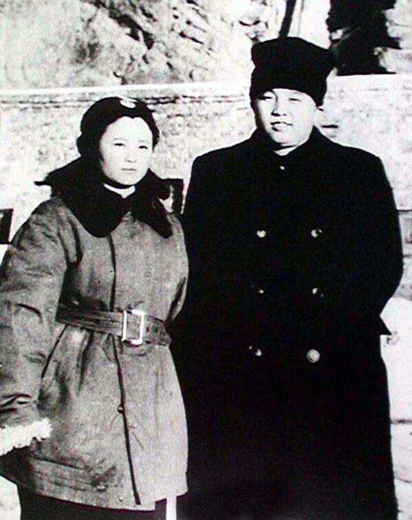 Kim Il Sung in compagnia di Tae Sung Hi, la prima donna pilota della Corea del Nord - Sputnik Italia