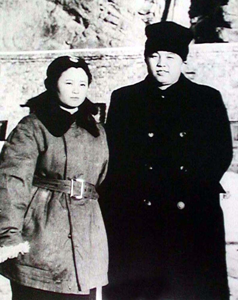 Kim Il Sung in compagnia di Tae Sung Hi, la prima donna pilota della Corea del Nord