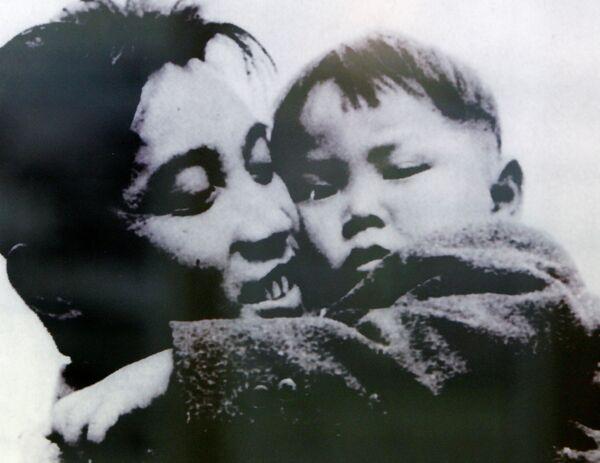 Kim Il Sung abbraccia il figlio Kim Jong-il in questa foto del 1946  - Sputnik Italia