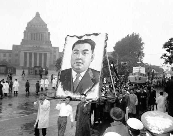 1959, Manifestanti con un enorme ritratto di Kim Il Sung a Tokyo - Sputnik Italia