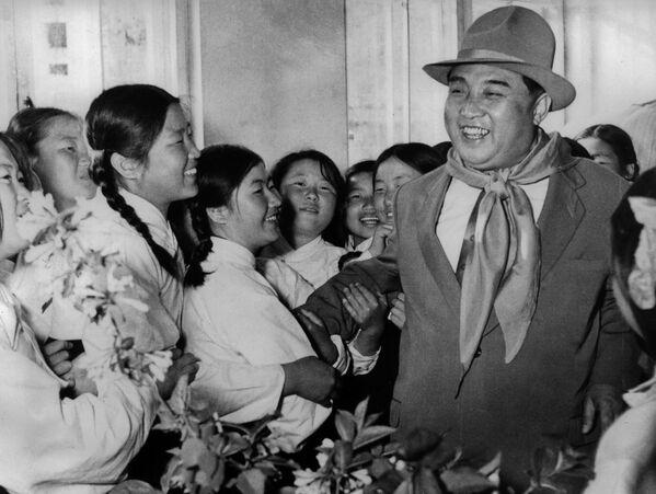 1961, Kim Il Sung in visita ad un orfanotrofio  - Sputnik Italia